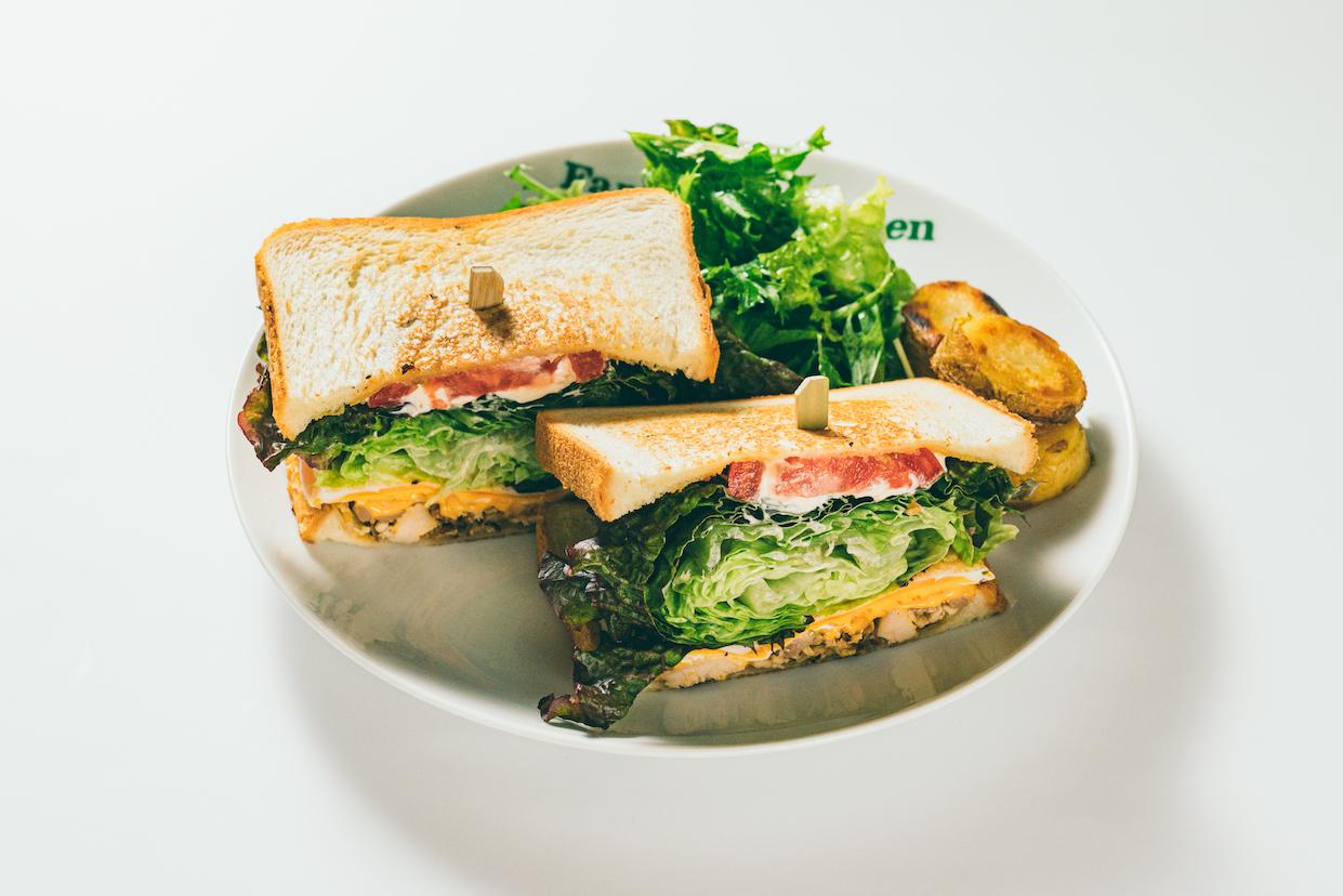グリルチキンとチェダーチーズのサンドイッチ